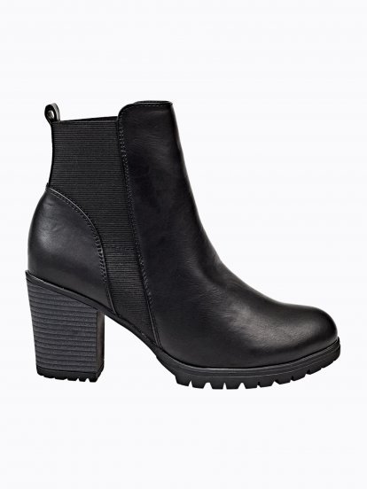 Ankle boots with track sole