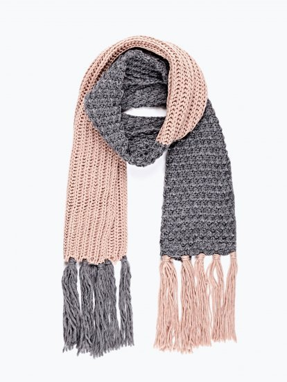 Two-colour scarf with long fringes