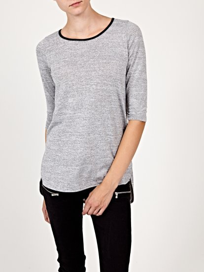 Prolonged t-shirt with scoop hem