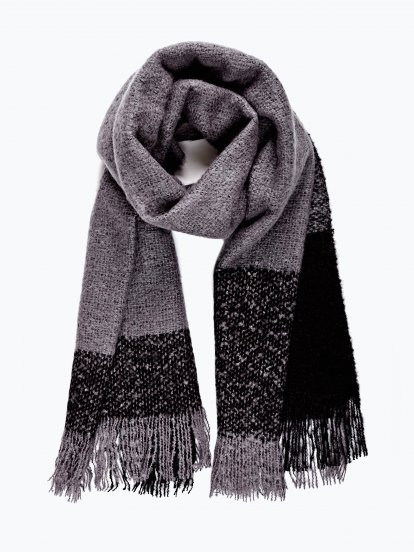 Oversized scarf with fringes