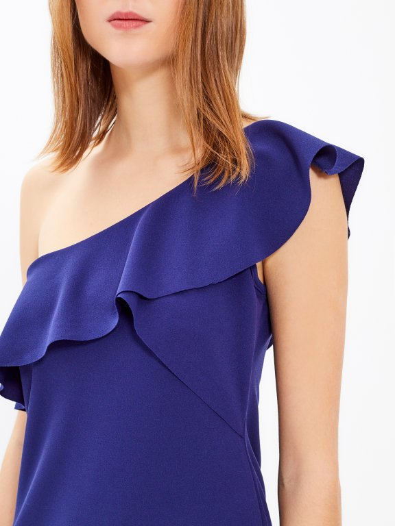 Sukienka z asymetrycznymi ramionami i falbaną