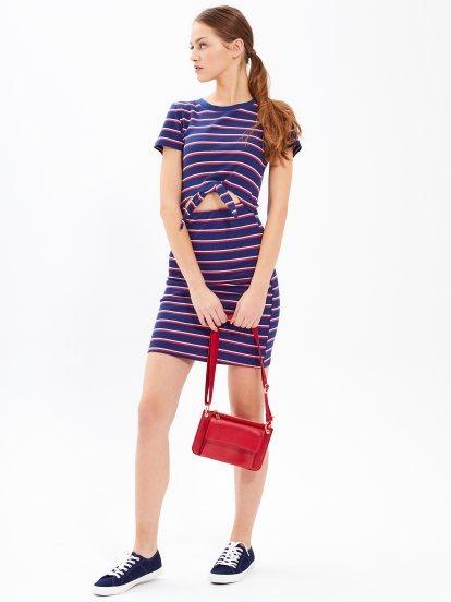 Ołówkowa sukienka w prążki z węzłem