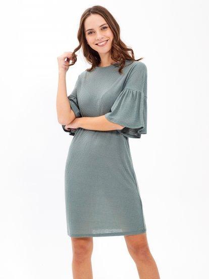 Žebrované šaty s volánem na rukávu