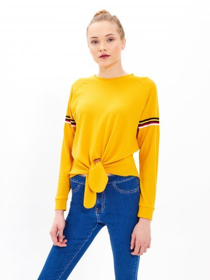 Cropped jumper with knot
