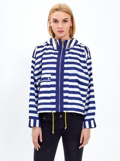 Proužkovaná bunda s kapucí