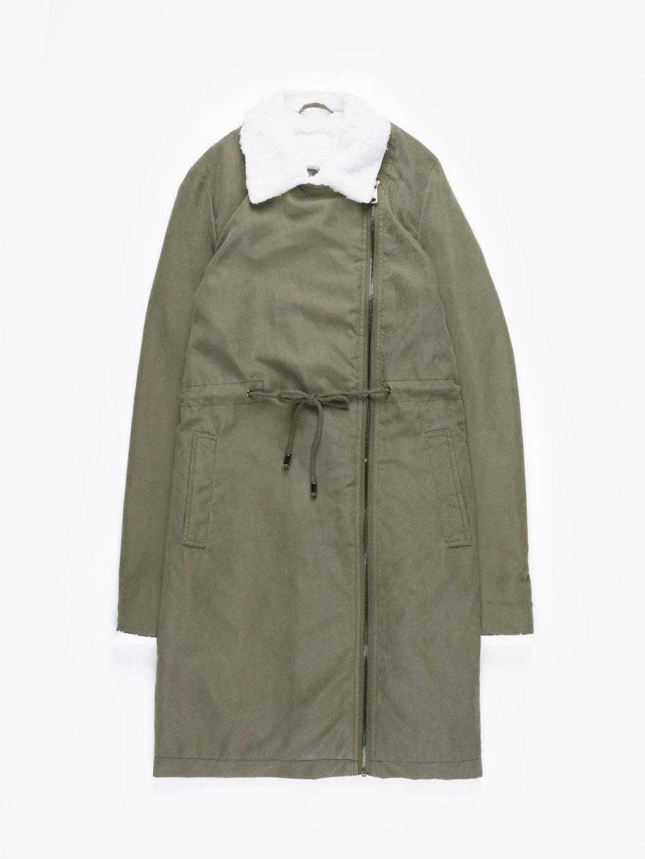 Dlouhá bunda s asymetrickým zipem a plyšovými detaily
