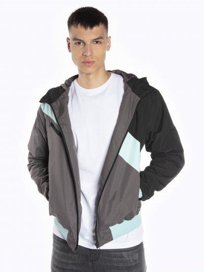 Viacfarebná bunda s kapucňou