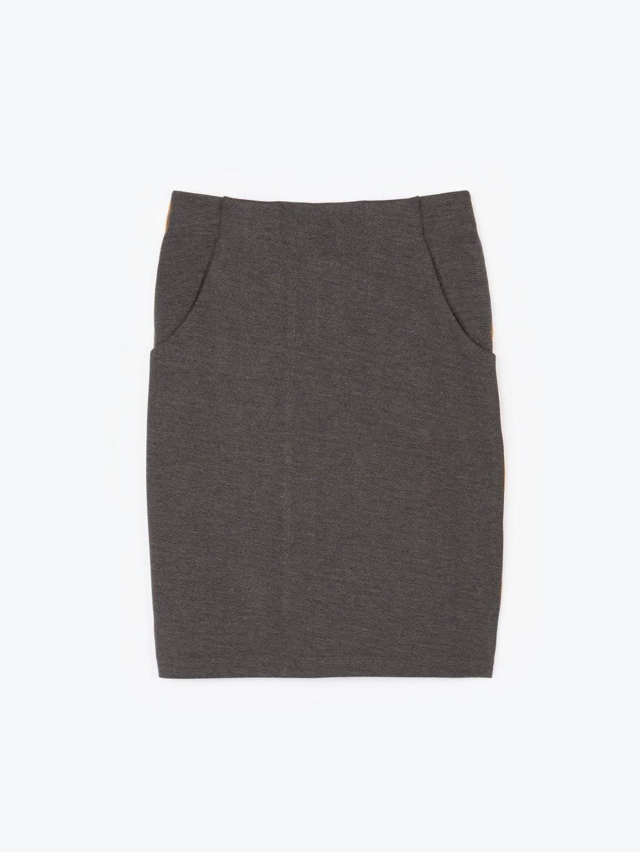 Obtiahnutá sukňa s bočným prúžkom