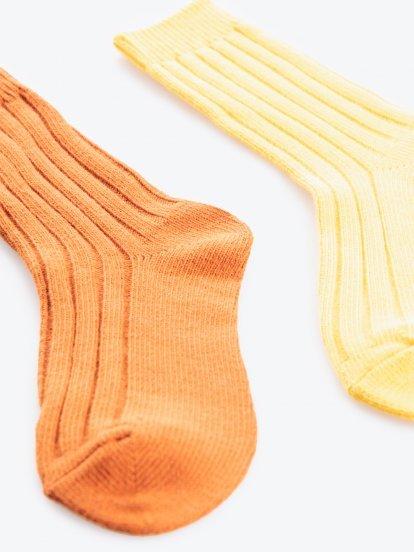 Sada dvoch párov farebných ponožiek