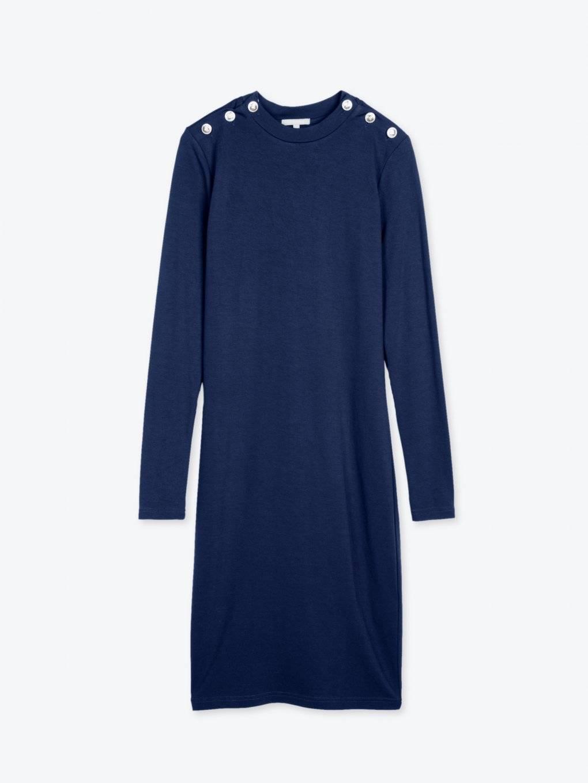 Obtiahnuté šaty s ozdobnými gombíkmi