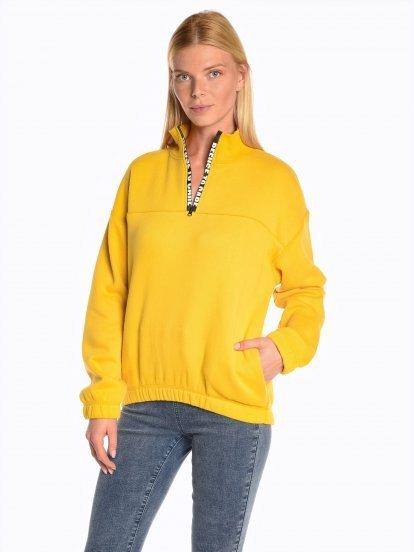 Sweatshirt with message print on zipper