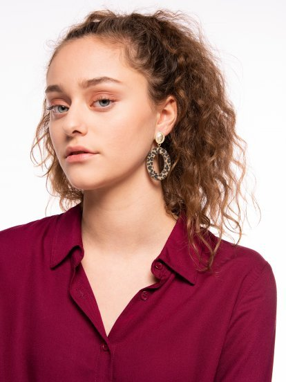 Drop earrings with animal texture