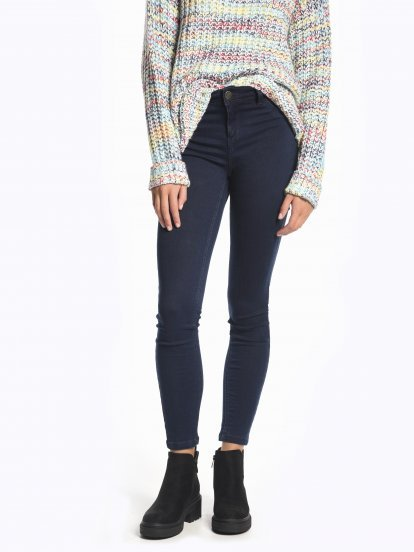 Jednoduché džíny se středně vysokým pasem