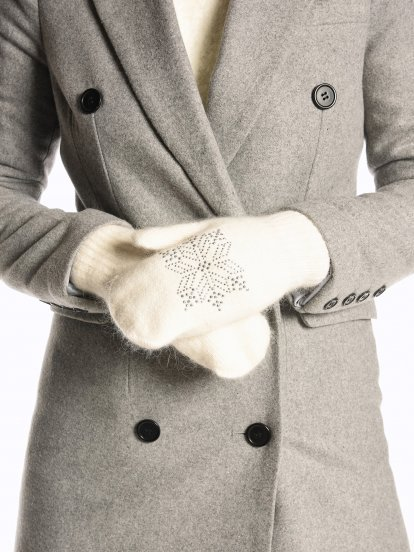 Knitted gloves with stones