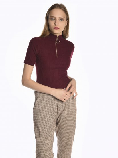 Ribbed t-shirt with front zipper