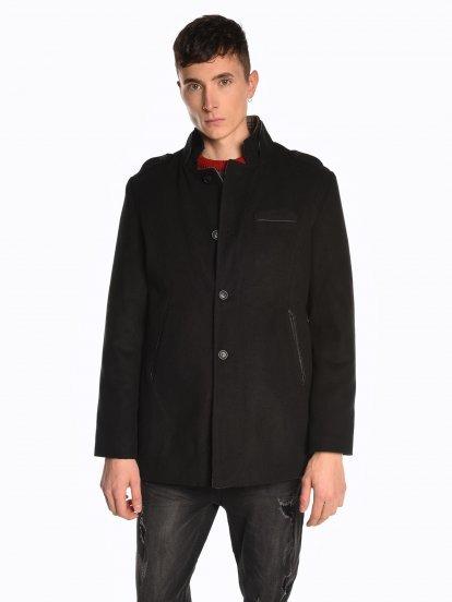 Jednokolorowy płaszcz z wysokim kołnierzem