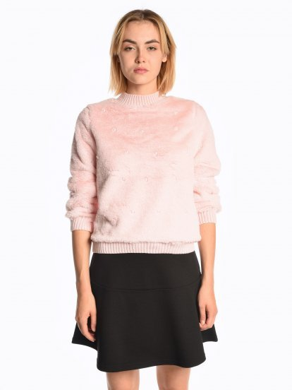 Fuzzy sweatshirt with pearls