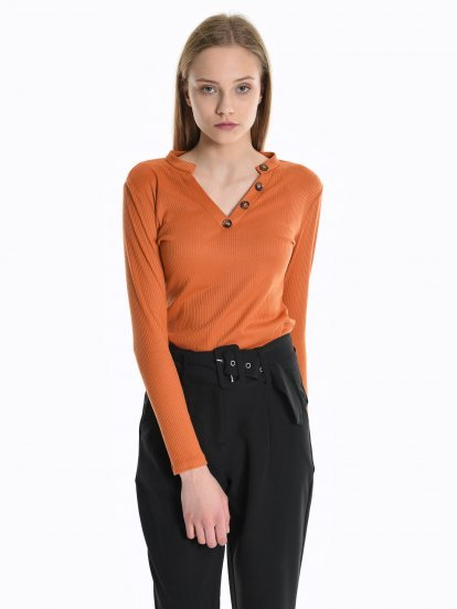 Ribbed v-neck top with buttons