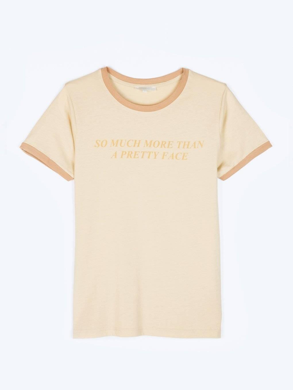 Tričko s nápisom a kontrastným lemovaním