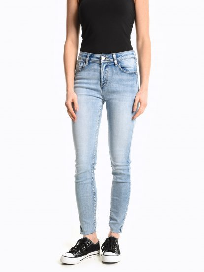 Skinny jeans with raw hems