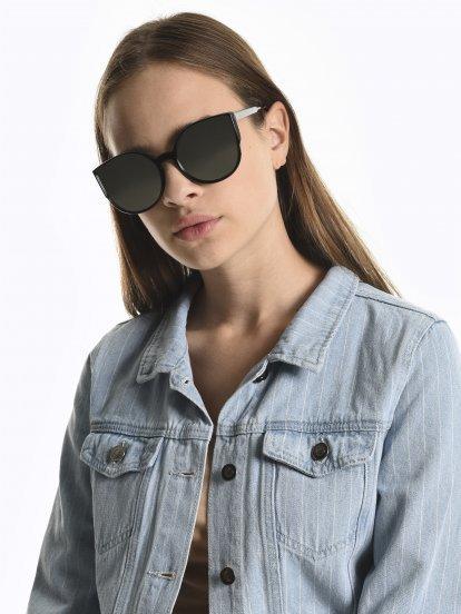Cat eye sunglasses with mirror lenses