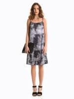 Batikované saténové šaty