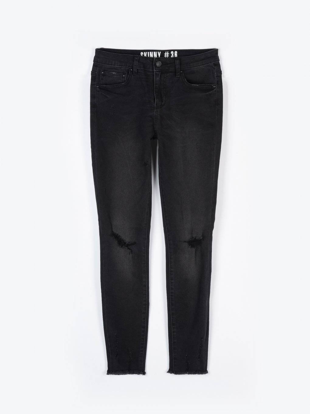 Skinny jeans with damages and raw hems