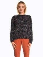 Farebný pulóver