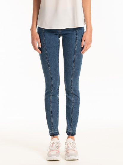 Skinny jeans with raw hem