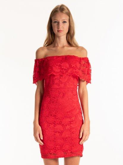 Čipkové puzdrové šaty s odhalenými ramenami