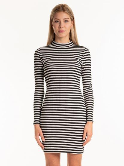 Proužkované obtažené šaty s vysokým límcem
