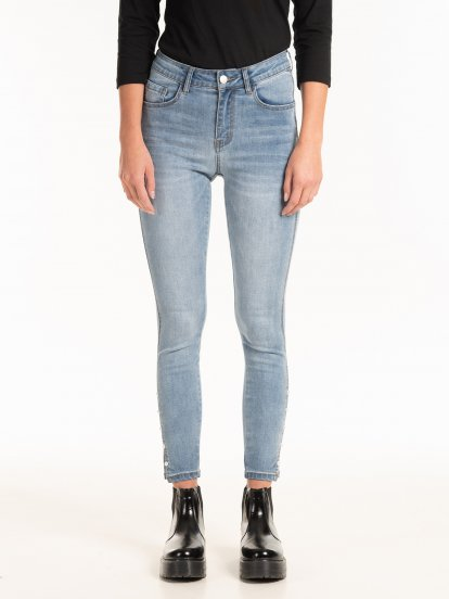 Skinny jeans with decorative pearls on hem