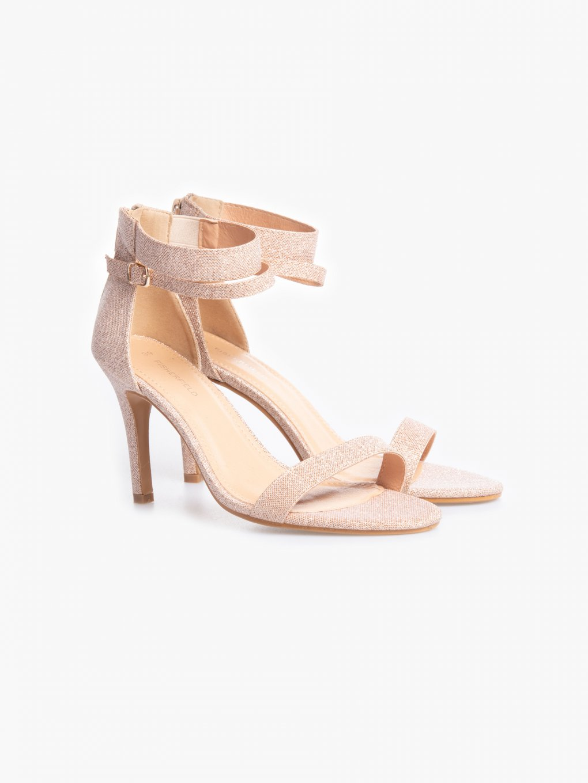 Błyszczące sandały na obcasie