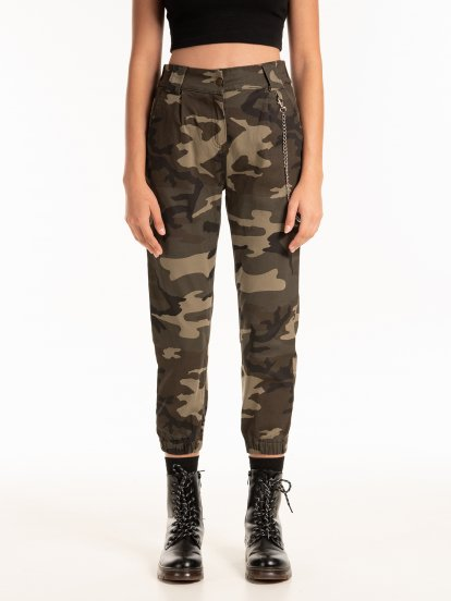 Camo trousers with chain