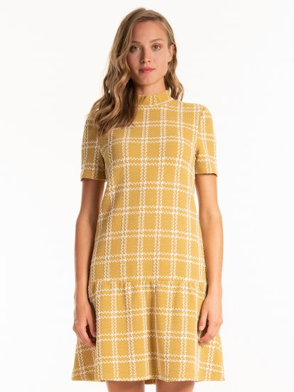 Strukturované šaty s vysokým límcem