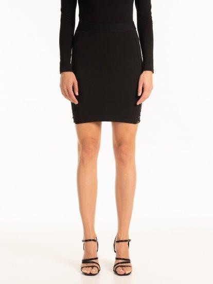 Obtiahnutá mini sukňa s čipkou