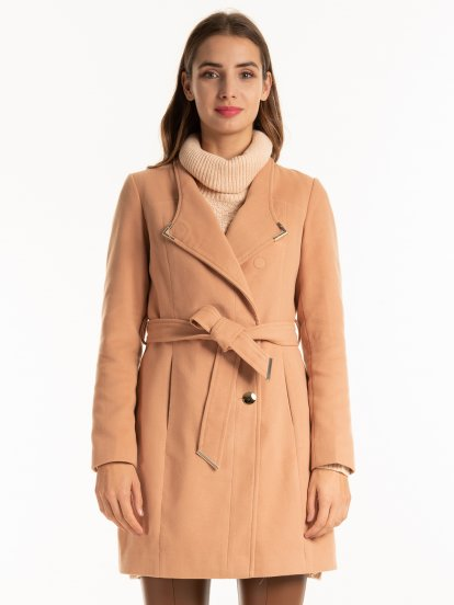 Coat with magnetic closure