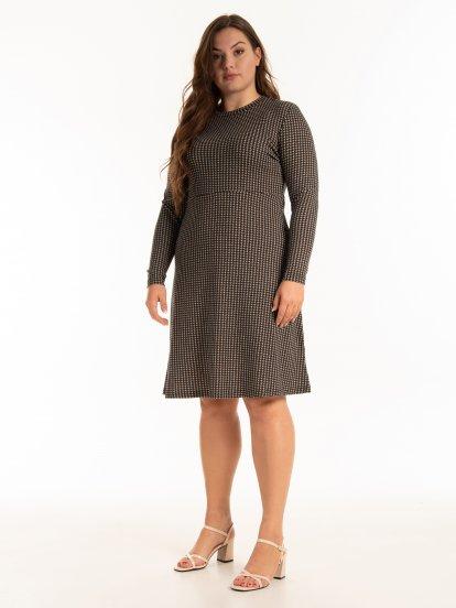 Šaty s pepitovým vzorom