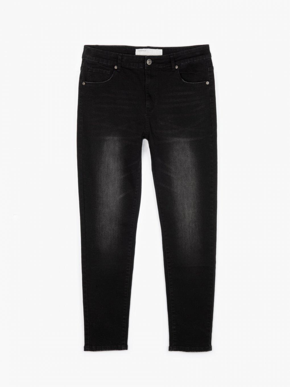 Podstawowe dżinsy o prostym kroju