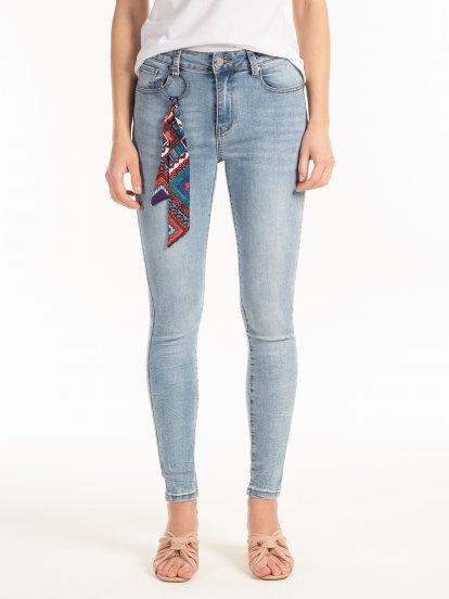 Jeansy skinny z ozdobną tasiemką