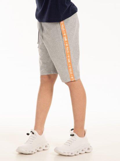 Teplákové šortky s nápisem