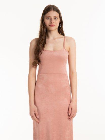 Obtiahnuté šaty z imitácie semišu
