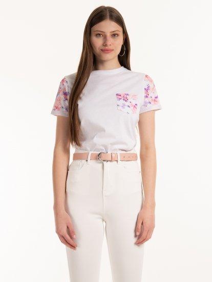 Bavlnené tričko s kvetovanými rukávmi a náprsným vreckom