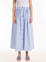Proužkovaná dlouhá sukně se zapínáním na knoflíky
