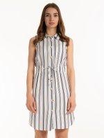 Sukienka w paski z guzikami