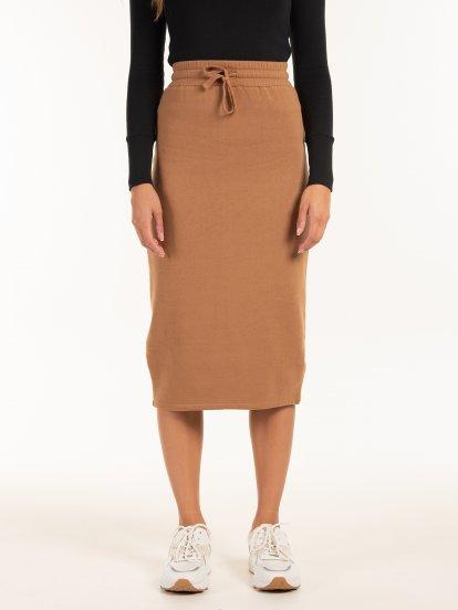 Obtiahnutá midi sukňa
