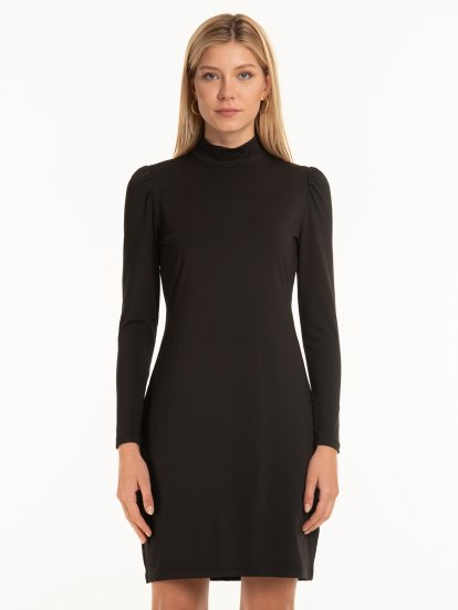 Dopasowana sukienka z marszczonymi rękawami