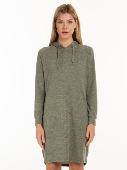 Pletené dámské šaty s bočními kapsami a kapucí
